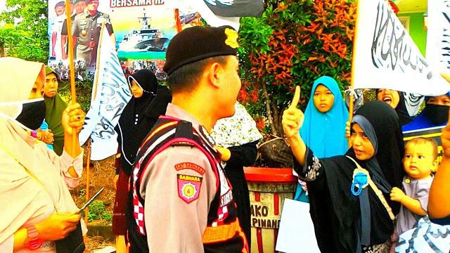 Aksi Damai Tolak Peppu Ormas, Polisi Rampas Panji Rasulullah dari Tangan Ibu-ibu