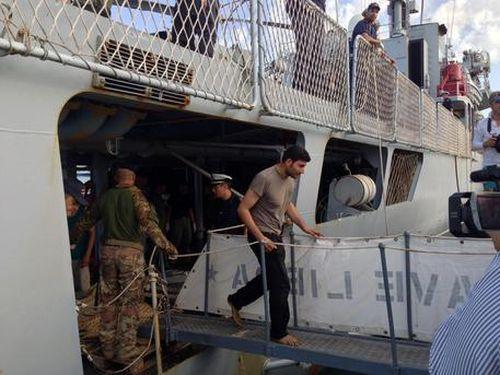 Migranti, in 695 sbarcano a Crotone