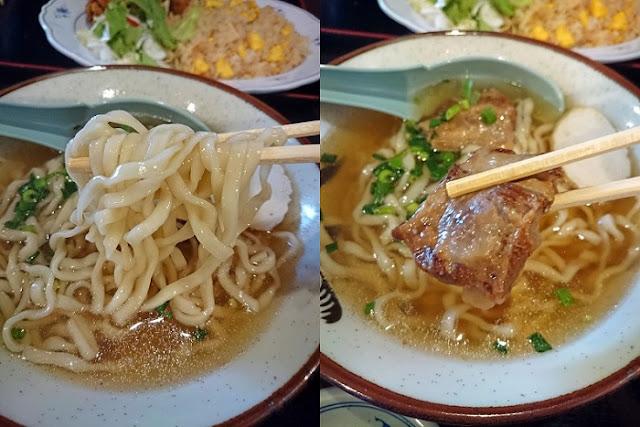 軟骨ソーキそばの麺とトッピングの写真