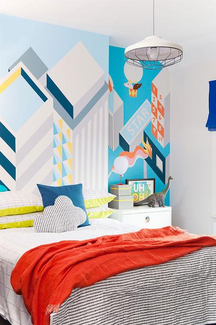Amenajare jucăușă, în culori tari, într-o casă din Londra