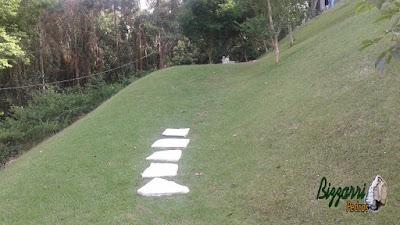 Preparando para iniciar a escada de pedra com pedra cacão de São Tomé sendo escada com junta de grama em casa em condomínio em Mairiporã-SP.