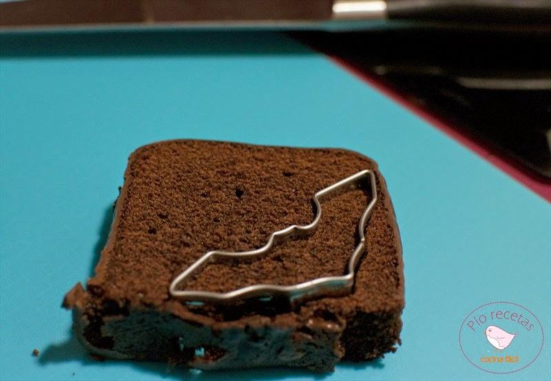 cortando el bizcocho de chocolate con el cortador murciélago