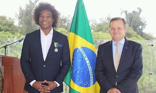 Brasil condecora Stewart Sukuma