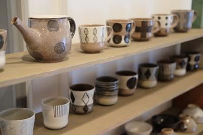 生坂村の陶芸家・なかがわひとみさんの展示「蔵みーる」湯呑