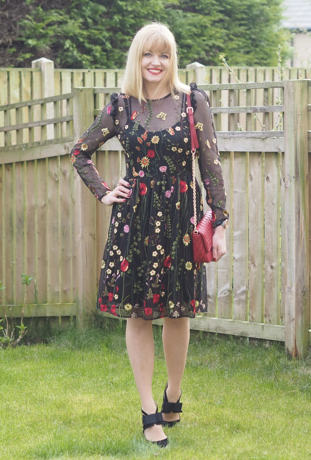 Black mesh floral embroidered dress and high-heeled bow shoes, over 40 fashion and style