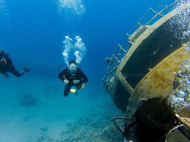 Saliendo del barco hundido, Aqaba, mar Rojo, Jordania