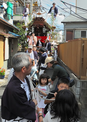 2018 Fall festival in Six Parts: 3) Push-pulling the danjiri through the narrow streets