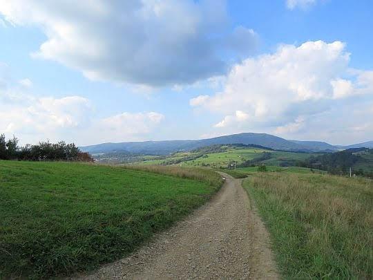 Przed nami wzniesienie Grzebień (677 m n.p.m.), a za nim LubońWielki (1022 m n.p.m.).
