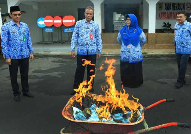 Dinas Kependudukan dan Pencatatan Sipil (Disdukcapil) Kota Banjarbaru, Senin (17/12/2018) membakar ribuan Kartu Tanda Penduduk (KTP) warga Banjarbaru.