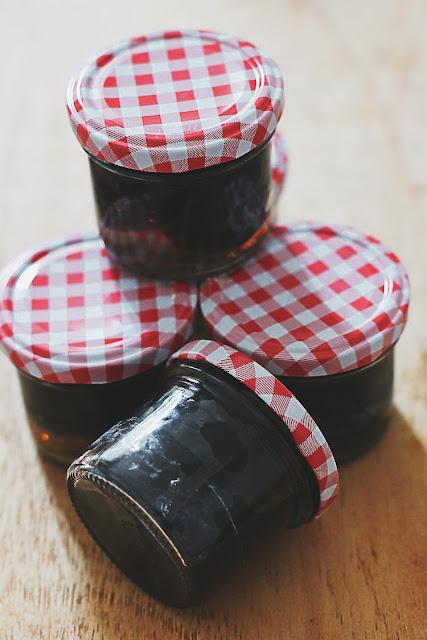 Schwarze Nüsse, eingekocht. Mit Rezept, allen Gewürzen und Anleitung für Zuckersirup | Arthurs Tochter kocht. Der Blog für Food, Wine, Travel & Love