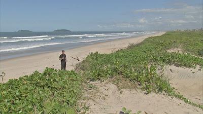 O repórter Sandro Barboza na Praia do Ervino, em São Francisco do Sul (SC) - Divulgação/Band