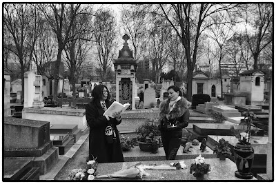 Poète déclamant sur la tombe de Cesar Vallejo