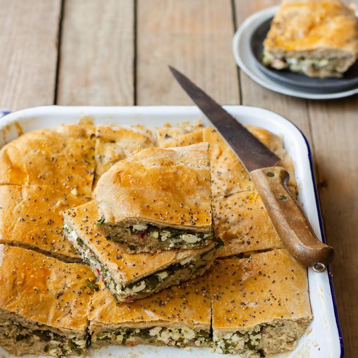 Borek z botwinką i serem - pomysł na drugie śniadanie, piknik lub wycieczkę (przepis krok po kroku)
