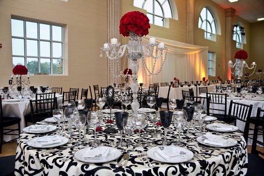 Damasco en blanco y negro para los manteles de las mesas del convite - Foto: www.idesignevents.com
