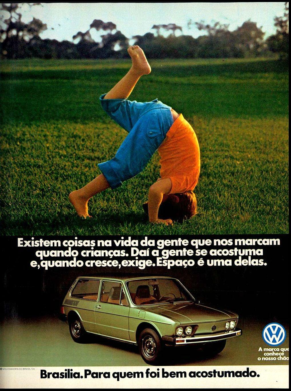 Carro antigo da Volkswagen dos anos 70. Brasília em campanha de 1979