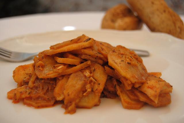 Patatas con majado de ajo, pimentón y tomillo. Patatas achorizás