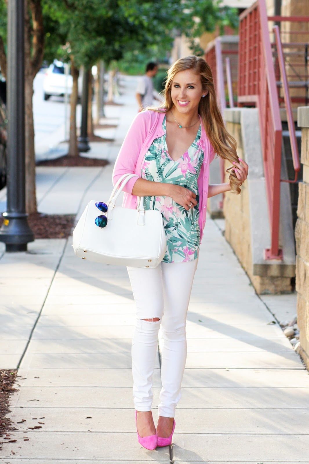 Palm-printed-top-for-summer-with-white-jeans