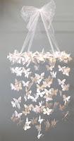 giostrina da culla con farfalle di carta