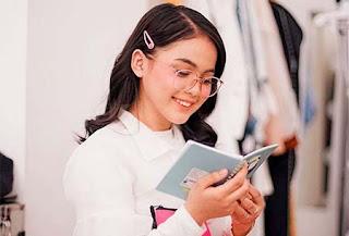 Putri Isnari Baca Buku