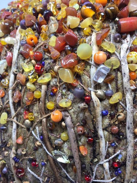 filc z koralikami i gałązkami