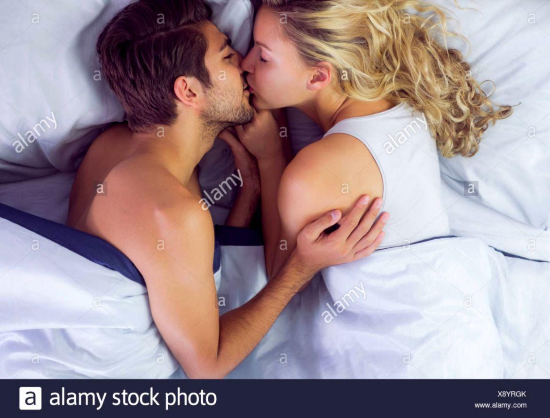 Cute Romantic Couple Kiss Pic