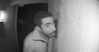 Έγλειφε επί 3 ώρες το κουδούνι εξώπορτας (Video)