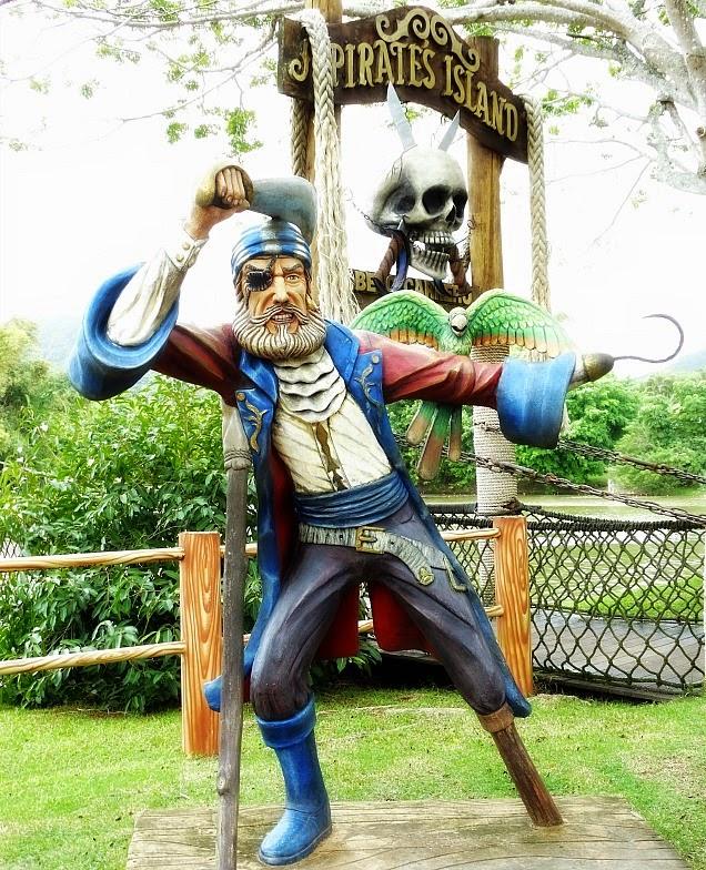 Pirata indica a Ilha dos Piratas, no Beto Carrero World