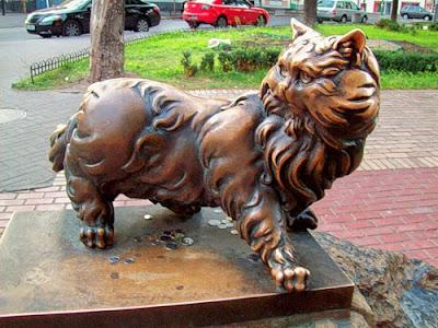 Памятник коту на Золотых воротах