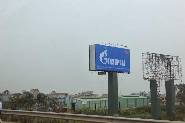 gazprom-ad-vietnam ガスプロムの大型広告