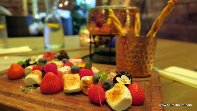 Chocolate fondue fruits