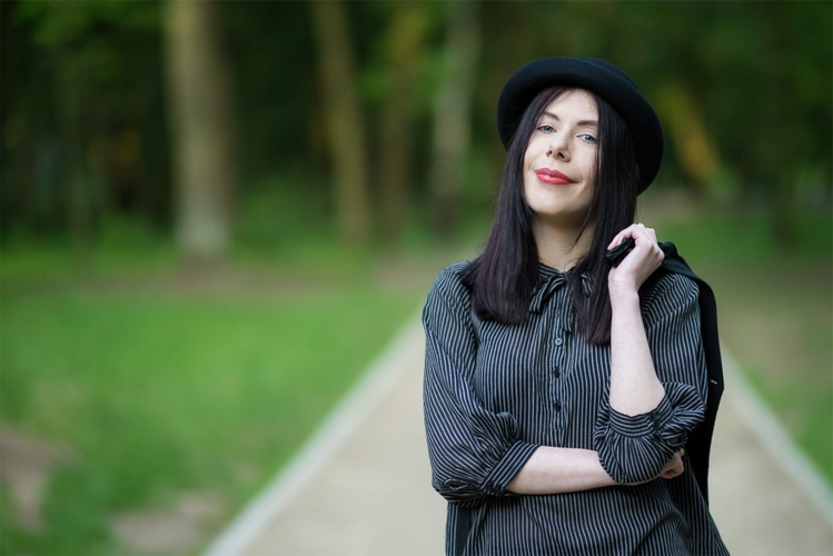 Koszula z wiązaniem | koszula wiązana pod szyją | stylizacja w stylu grunge | blog modowy | blogerka modowa | stylizacja z melonikiem, kamizelką i wiązaną koszulą | sesja w parku | Park Julianowski sesja zdjęciowa