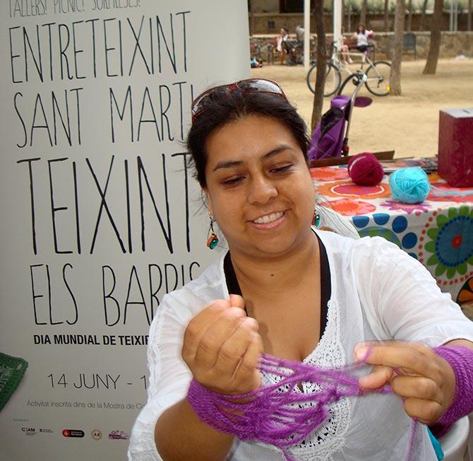 Liana Salazar tejiendo en Barcelona