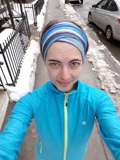 Coureuse dehors, ville de Montréal l'hiver