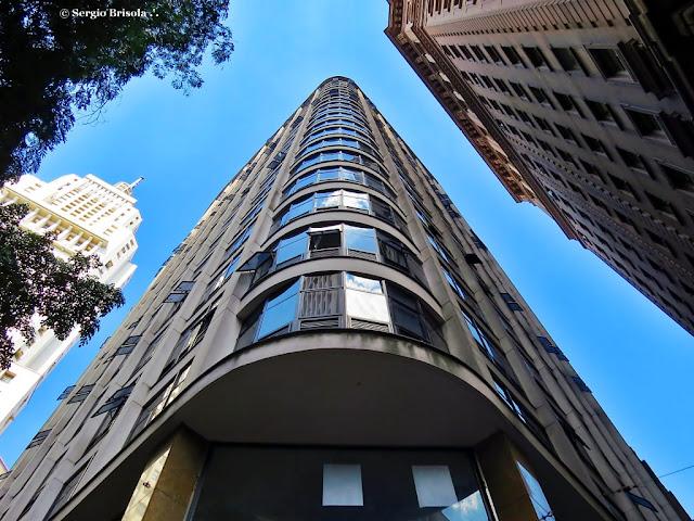 Perspectiva inferior da fachada do Edifício H. Lara - Centro - São Paulo
