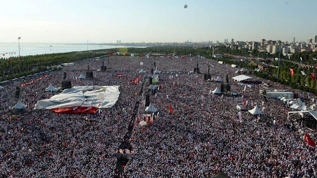 Για πρώτη φορά τέτοια λαοθάλασσα κατά του Ερντογάν