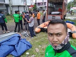 driver gojek pandeglang selatan membantu basarnas mendirikan tenda darurat