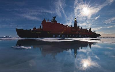 Barco aparcado en bloque de hielo con sol de fondo