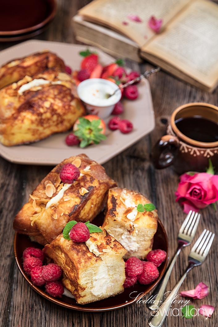 tosty francuskie nadziewane serkiem kremowym i sosem