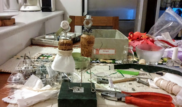 na stole kombinerki śrubki sznurek kawałki materiału