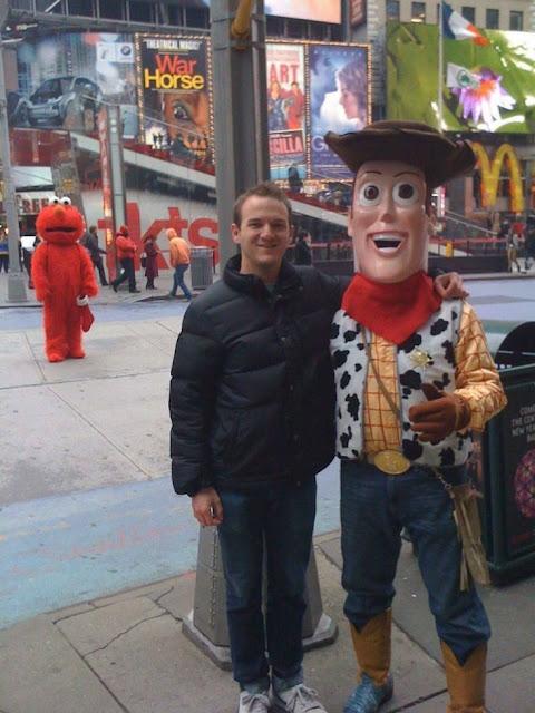 Aquele momento em que Elmo percebe que ele foi substituído por Buddy