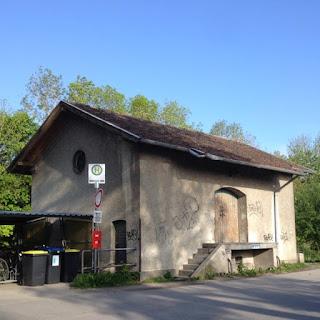 Die Güterhalle beim Bahnhof Schondorf am Ammersee