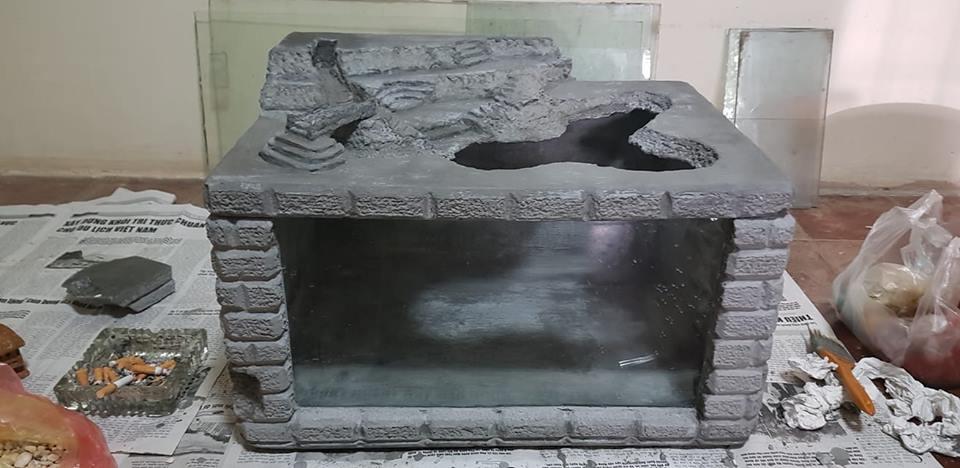 Hồ cá làm từ thùng mút của anh Vũ Hùng - quét xi măng