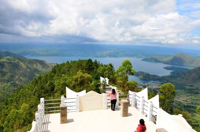Menikmati Pemandangan Indah Danau Toba dari Menara Pandang Tele