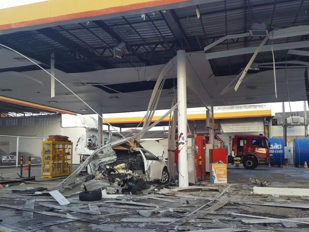 Bomba de gás explode e destrói carro e posto de combustível em Fortaleza