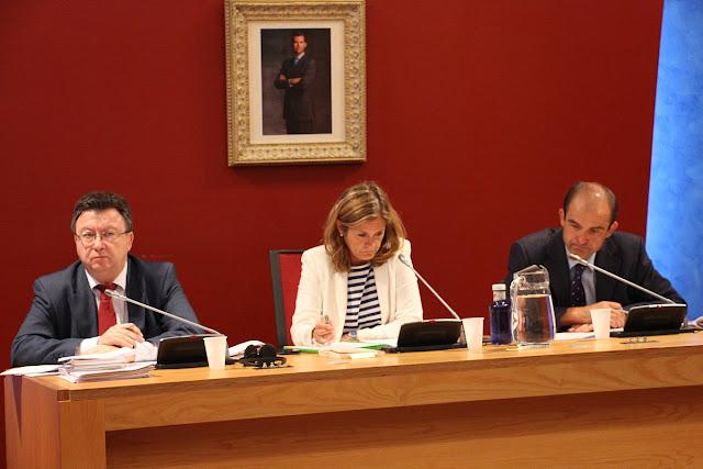 La alcaldesa, entre el secretario y el interventor municipales