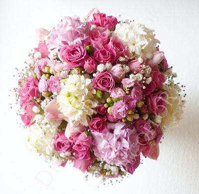 Tavaszi menyasszonyi csokor pink rózsából, jácintból, rezgőből, tulipán
