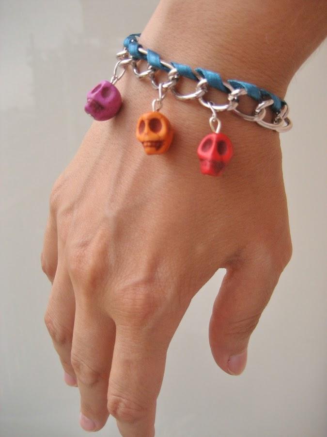 Pulsera de charms de calaveras. Skulls charms bracelet.