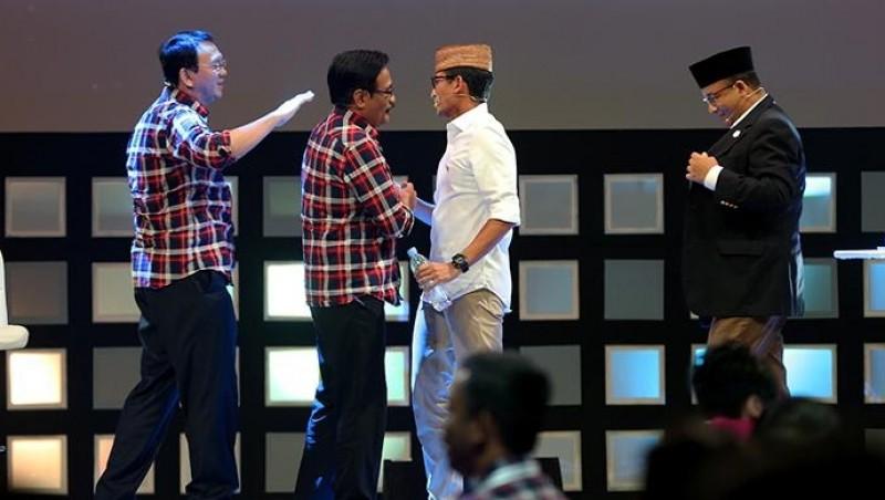 Djarot dan Sandiaga Uno bersalaman saat debat putaran pertama