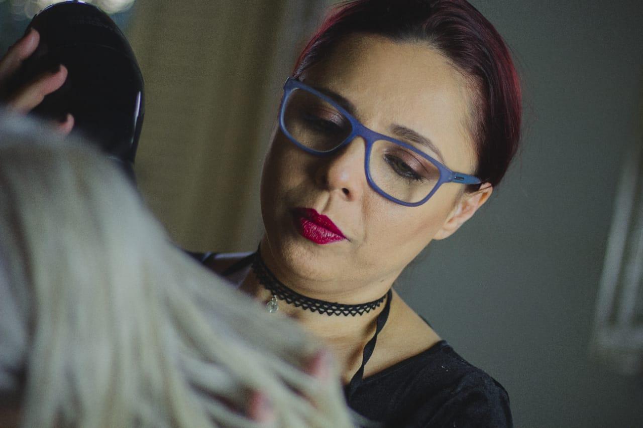 Silvia Guimarães analisando o cabelo