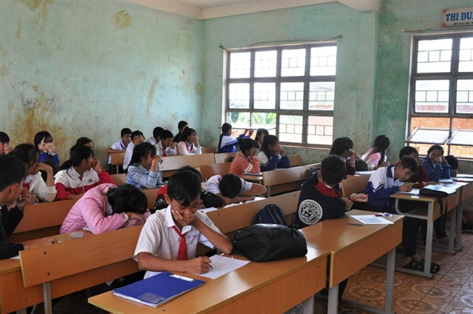 Gia Lai: 400 em học sinh hằng ngày phải bịt mũi ngồi học vì mùi hôi thối bốc lên nồng nặc